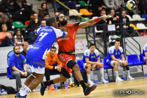 Handball - Grand Nancy Métropole Handball (maillot rouge) / Dijon (maillot bleu) - Jackson PAVADE - Photo Pierre ROLIN